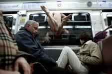 Nues dans le métro