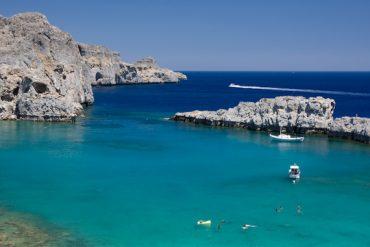 Les bleus éclatants de la mer en Grèce avec un filtre polarisant