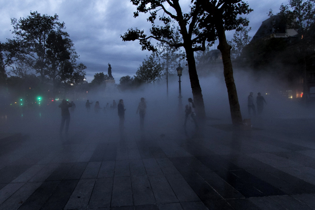 La foule perdue dans le brouillard