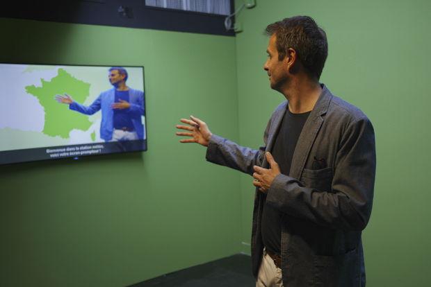 Un studio météo avec un véritable fond vert pour jouer à Anaïs Baydemir