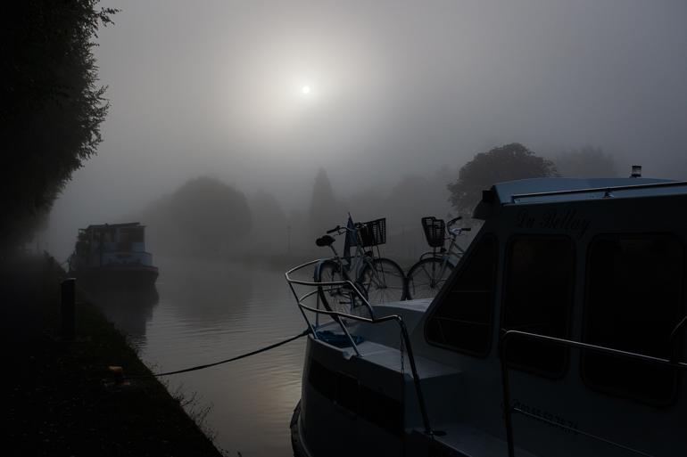 L'ambiance au bord du canal est magique avec la brume qui se lève