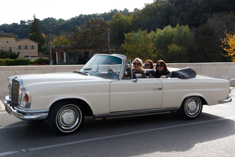 Capucine,, Virginie et Amélie à bord d'une Mercedes 250 SE