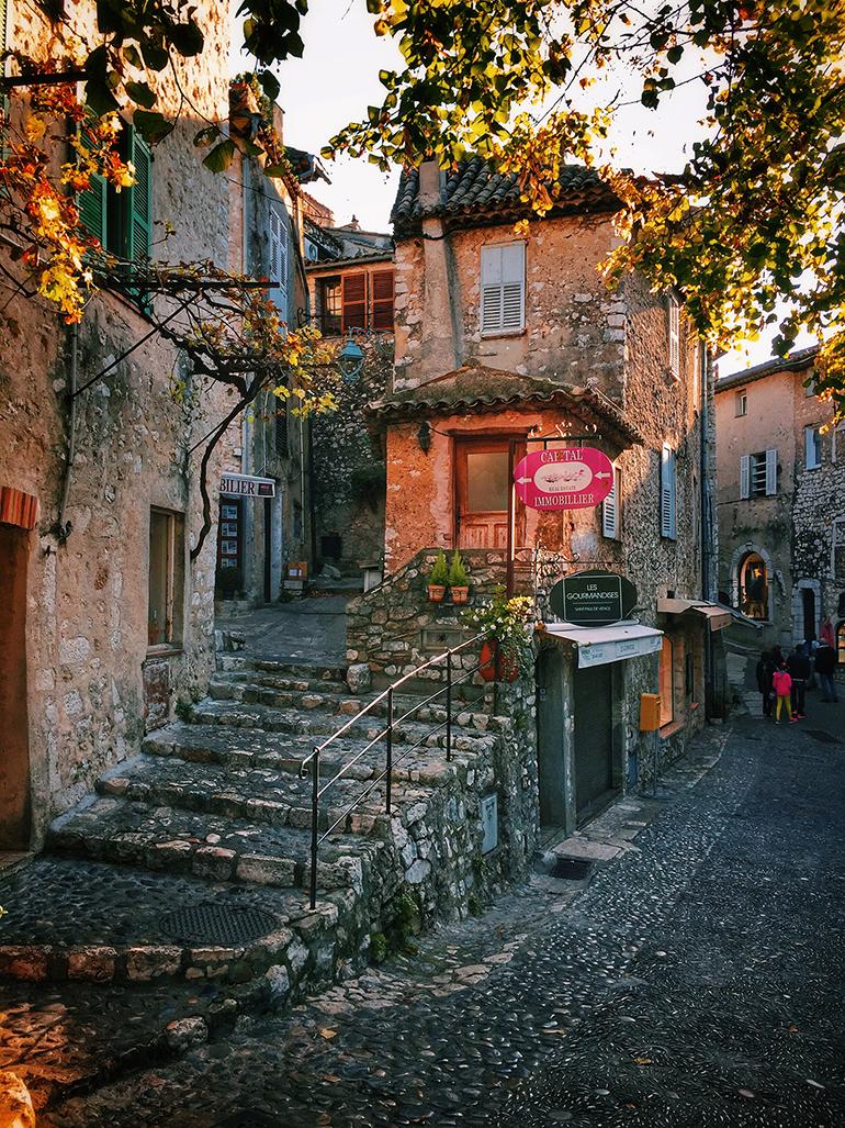 Les petites rues de Saint-Paul de Vence en automne
