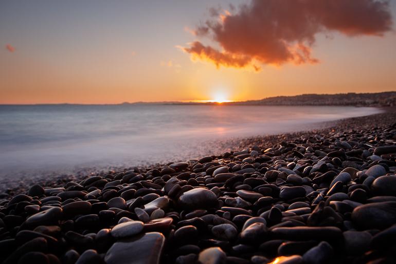 Admirer le coucher du soleil sur la plage de Nice