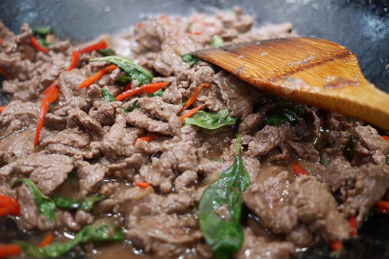 Un bœuf sauté au basilic thaï