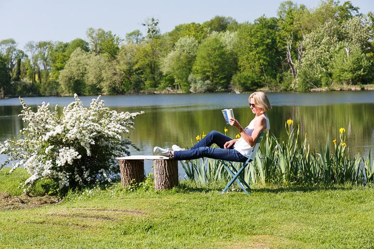 Lecture au bord de l'étang
