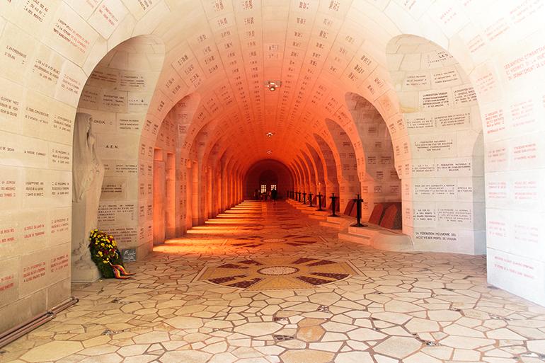 L'Ossuaire du Douaumont est baigné d'une lumière rouge, symbole du sacrifice