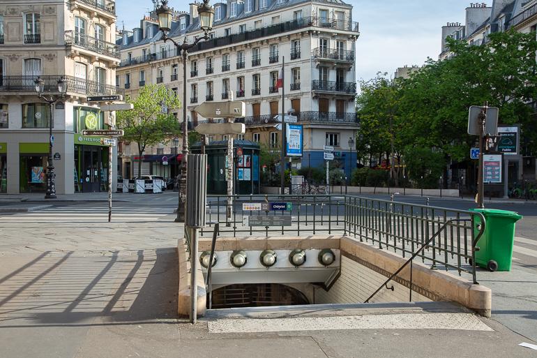 Le métro Châtelet devant la rue de Rivoli
